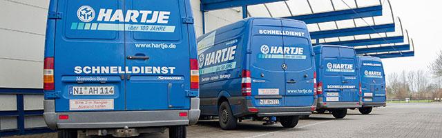 Hartje - Lieferservice; blaue LKW's mit der Aufschrift HARTJE